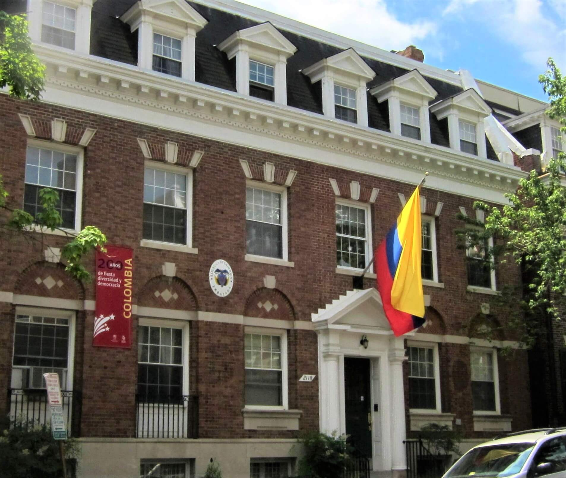 viajar solo al extranjero - conoce la embajada de tu pais